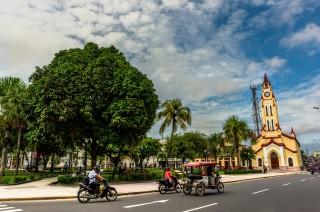 Plaza de Armas y Catedral de Iquitos