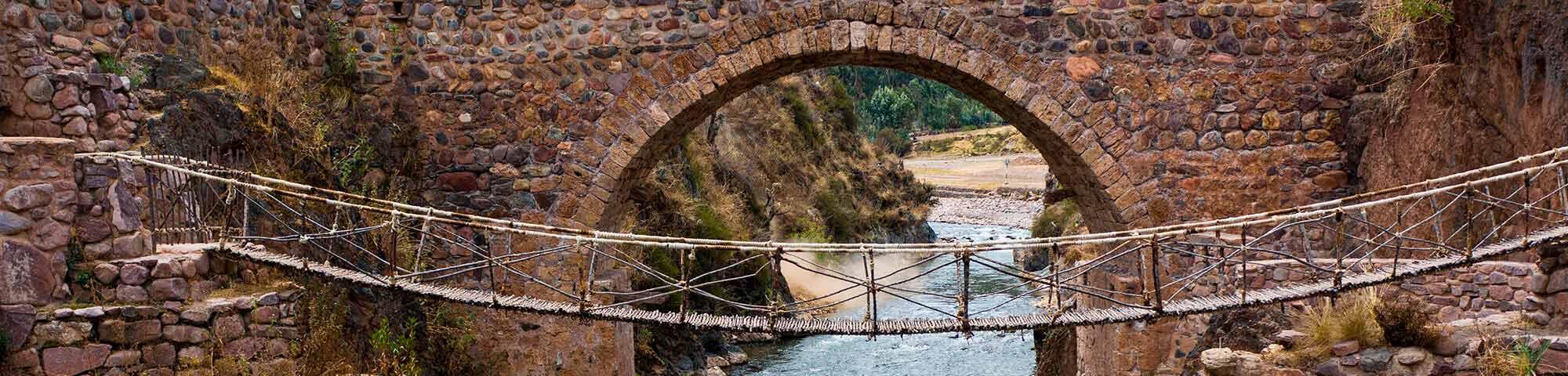 Puente colonial de Checacupe