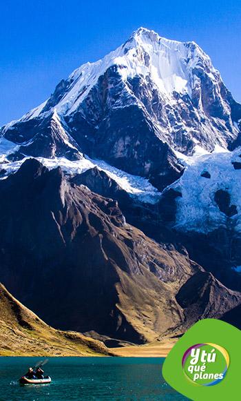 Laguna Carhuacocha y Nevado Yerupajá. Trekking en la Cordillera Huayhuash