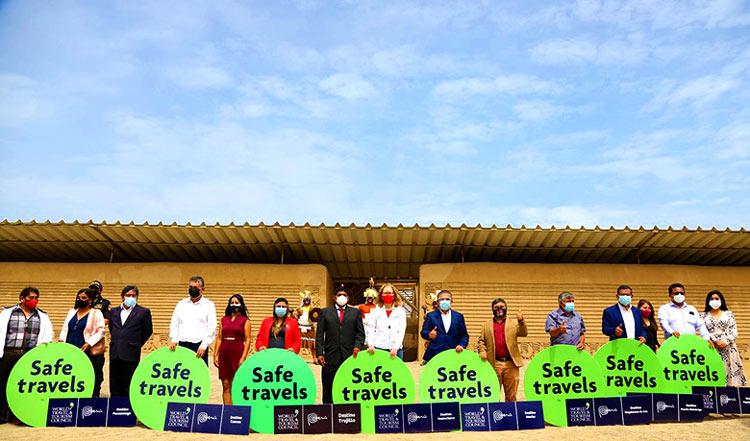 Autoridades en la entrega del Sello Safe Travels a La Libertad