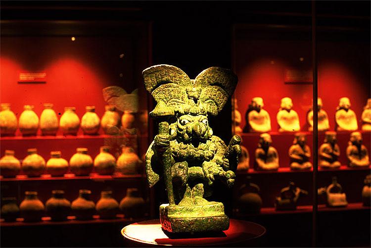 Escultura de cobre que representa a un hombre búho. Museo de sitio Huaca Rajada - Sipán.