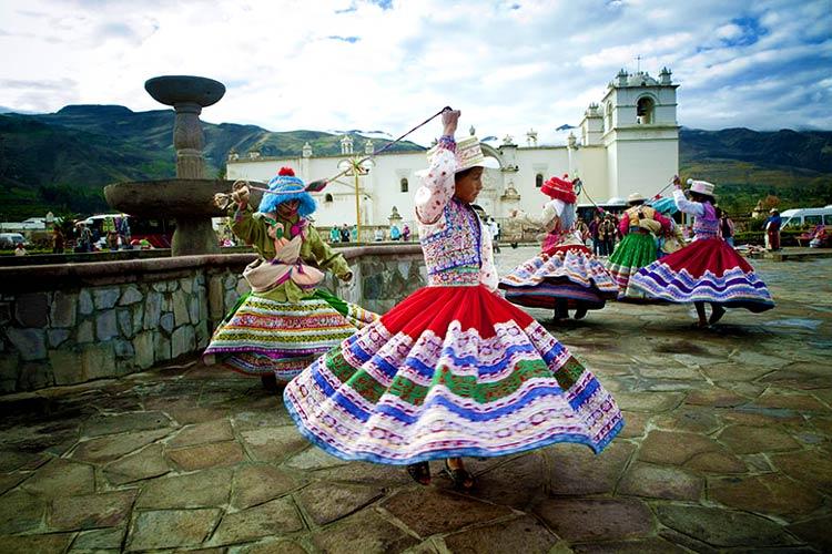 Niñas bailando en Chivay
