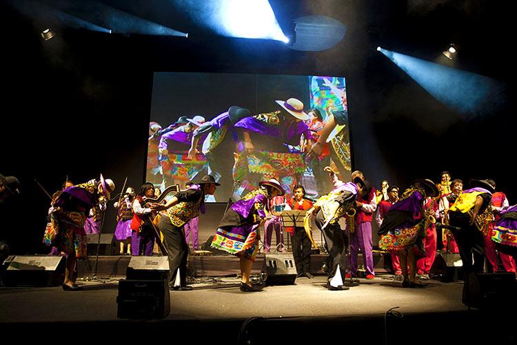 El Huaylarsh bailarines