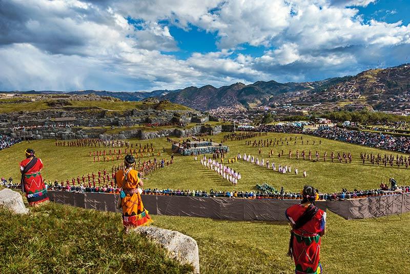 Bailarines y actores en la fiesta del Inti Raymi