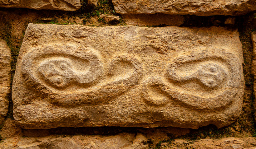 Figuras de serpientes en las paredes de Kuélap