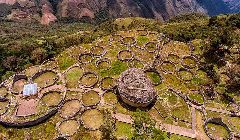 Vista aérea de casas Kuelap