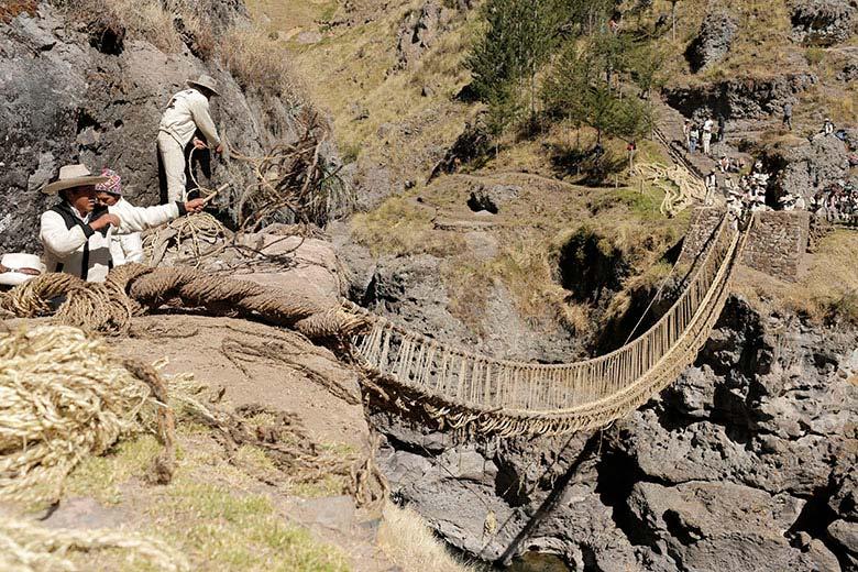 Pobladores reconstruyen el puente Inca Q'eswachaka