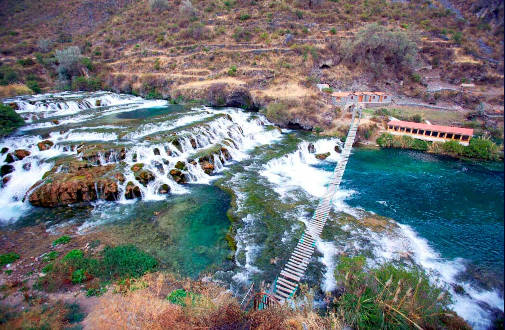 Cataratas y puente en Nor Yauyos Cochas