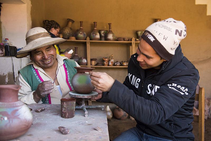 Turismo en el Perú. Turista con artesano