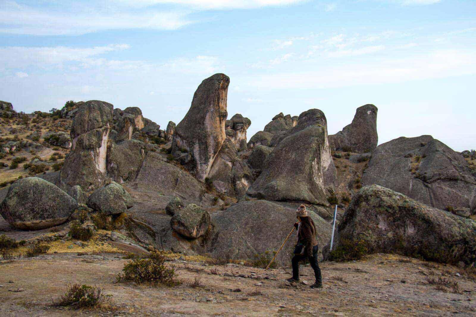 ropa-trekking-bosque-piedras