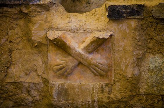 manos cruzadas